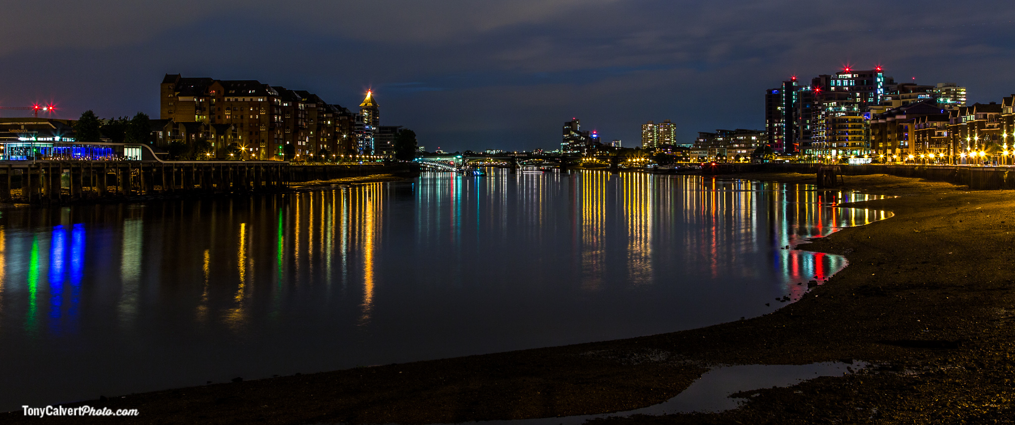 Low tide on the Thames at night